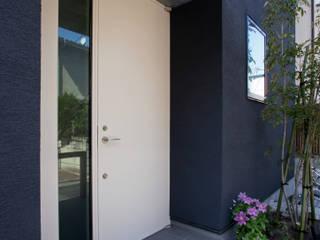 設計事務所アーキプレイス Puertas de entrada Hierro/Acero Blanco