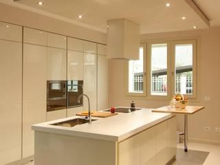 Villa privata pisogne Cucina moderna di AMA_studio Moderno