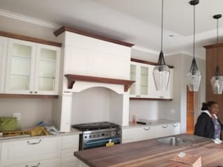HOUSE DLAMINI:  Built-in kitchens by Première Interior Designs