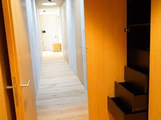 Minimalistyczny korytarz, przedpokój i schody od Helm Design by Helm Einrichtung GmbH Minimalistyczny