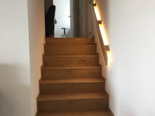 Escalera: Escaleras de estilo  por tres muros