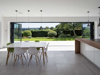 Quarry Road :  Dining room by Footprint Architects Ltd
