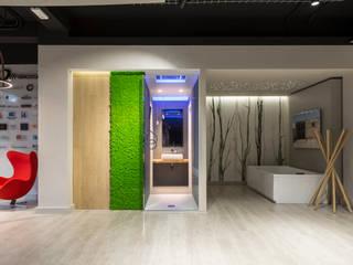 Verde verticale in uno show room di architettura di AbitoVerde Moderno