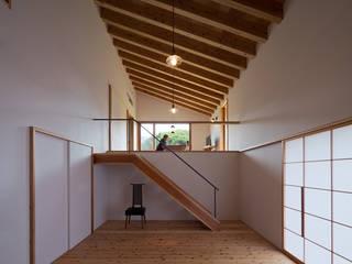 Soggiorno moderno di ヨシタケ ケンジ建築事務所 Moderno