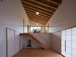 Livings de estilo moderno de ヨシタケ ケンジ建築事務所 Moderno
