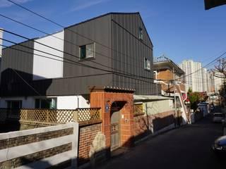 단독주택 증축 및 리모델링 : Black&White: 건축그룹 [tam]의 현대 ,모던