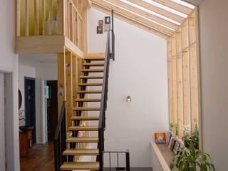 2층 거실: 건축그룹 [tam]의  거실