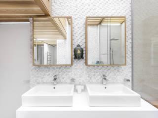 Современная квартира в Москве: Ванные комнаты в . Автор – artzona.ru,