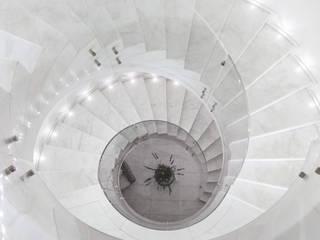 la scala elicoidea in marmo: Scale in stile  di Morelli & Ruggeri Architetti