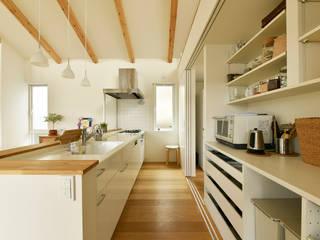 3枚引き戸で仕切ったキッチン収納 の タイコーアーキテクト モダン
