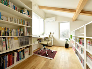 ロフトに設けたご主人の独房: タイコーアーキテクトが手掛けた書斎です。