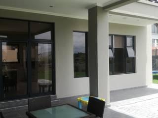 Klasik Balkon, Veranda & Teras Rounded Pixels Media Klasik