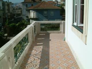 Pormenor do pavimento da varanda (reabilitado):   por SPOT Obras