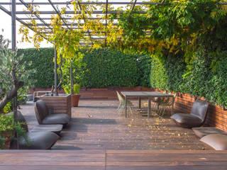 Stefano Giovannoni sceglie Déco per rinnovare gli esterni della sua casa-studio: Terrazza in stile  di Déco