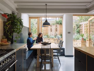 Dining space with view through to garden: eclectic Dining room by Mustard Architects