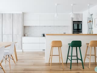Scandinavian style open kitchen with a breakfast bar: scandinavian Kitchen by Katie Malik Interiors
