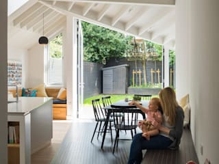 Dining space looking towards garden: modern Dining room by Mustard Architects