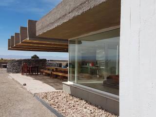 CASA DE LA PIEDRA CHIU-CHIU, II REGIÓN DE ANTOFAGASTA: Casas de campo de estilo  por RH+ ARQUITECTOS, Moderno