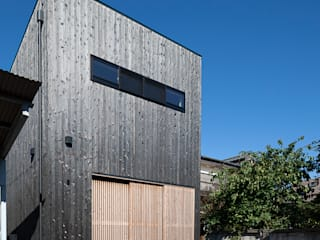 根來宏典建築研究所 Modern houses Wood Black