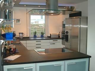 Weiß - Anthrazit von Küchen + Wohn - Studio Axel Trinkl Modern