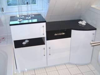 Weiss - Schwarz Hochglanz Moderne Badezimmer von Küchen + Wohn - Studio Axel Trinkl Modern