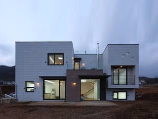 Modern houses by 인문학적인집짓기 Modern
