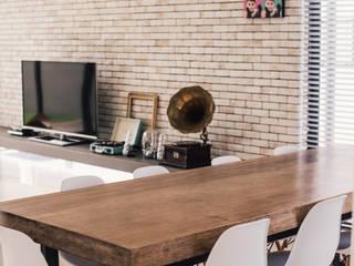 Salas de estilo clásico de J Hous Studio Clásico