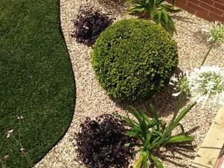 Un giardino mediterraneo : Giardino roccioso in stile  di AbitoVerde