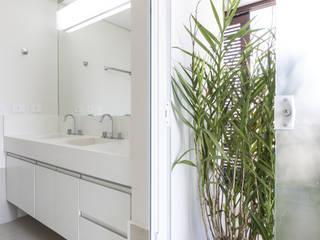 Residência DBP : Banheiros  por Vertentes Arquitetura,Minimalista