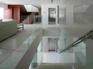 高輪台 建築家志望だった施主と協働して理想の住まいづくり House in Urban Setting 01: JWA,Jun Watanabe & Associatesが手掛けた階段です。,