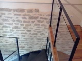 Escalier en acier, valchromat et verre :  de style  par Escalissime