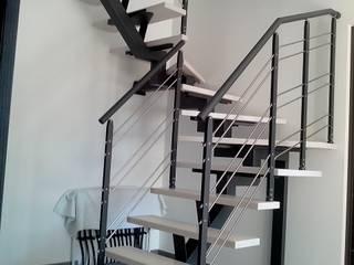 Escalier sur limon central métal, marches en bois blanchi et garde-corps asymétrique acier et inox:  de style  par Escalissime