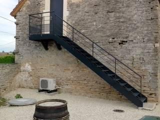 Escalier extérieur pour l'accès à une des très belle chambre de l'établissement.:  de style  par Escalissime