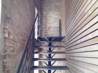 Escalier à limon central en acier.:  de style  par Escalissime