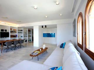 Apartamento en la costa Salones de estilo mediterráneo de Singularq Architecture Lab Mediterráneo
