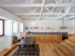 Dom Vasco: Salas de estar  por arriba architects