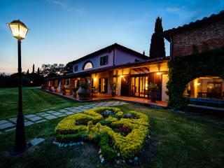 la villa: Giardino anteriore in stile  di Morelli & Ruggeri Architetti