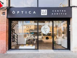 Diseño Optica Llevot Oficinas y comercios de estilo mediterráneo de BCN Feng Shui Mediterráneo