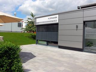 Außenanlage mit Aufenthaltsbereich einer Modernen Lehrlingswerkstatt. RAUCH Gaten- und Landschaftsbau GbR Moderne Bürogebäude