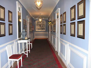 Classic style corridor, hallway and stairs by Ferreira de Sá Classic