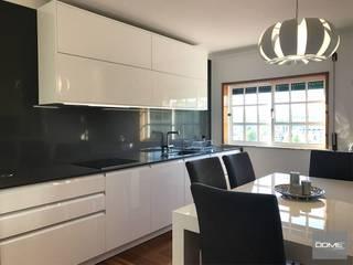 D1 LX: Cozinha  por DOME KITCHENS