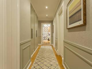 ห้องโถงทางเดินและบันไดสมัยใหม่ โดย Flávia Kloss Arquitetura de Interiores โมเดิร์น