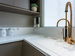 Cozinha: Armários e bancadas de cozinha  por Flávia Kloss Arquitetura de Interiores