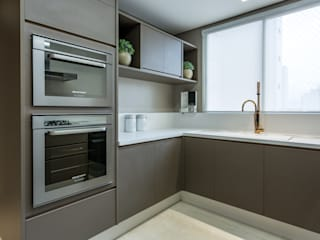 Flávia Kloss Arquitetura de Interiores Modern Kitchen MDF Brown