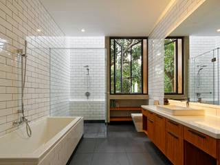Baños de estilo  por Tamara Wibowo Architects