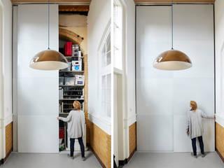de Zelfbouwschool Moderne gangen, hallen & trappenhuizen van Atelier ARI Modern