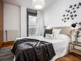 Scandinavian style bedroom by jaione elizalde estilismo inmobiliario - home staging Scandinavian