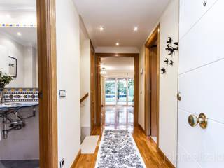jaione elizalde estilismo inmobiliario - home staging ทางเดินสไตล์คลาสสิกห้องโถงและบันได