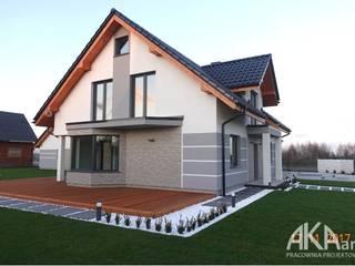 Projekt elewacji wraz z otoczeniem, ogrodzeniem i budynkiem garażu.: styl , w kategorii Dom jednorodzinny zaprojektowany przez AKAart Pracownia Projektowa,