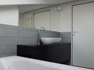 Chantal Forzatti architetto Modern bathroom Grey